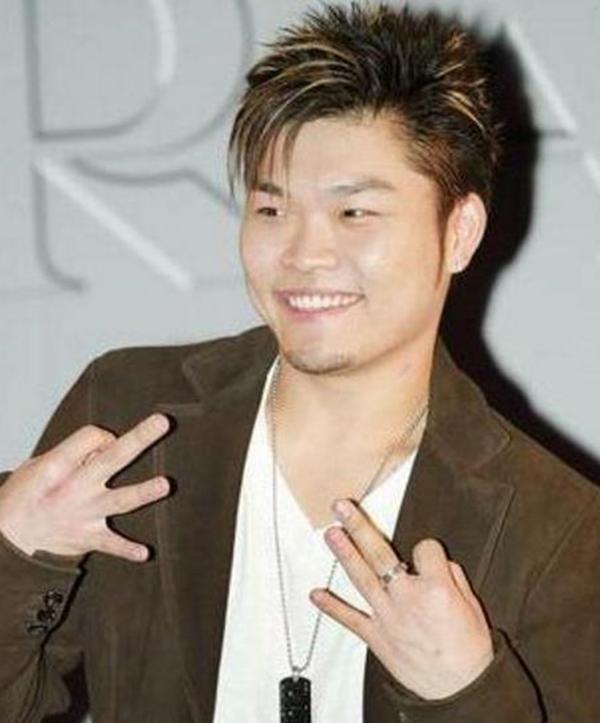 2003年以麻吉团员的nicky小胖子身份进入华语乐坛,2005年推出个人首张